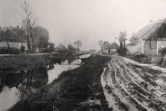 (14) Die Wege auf den Fehnen entlang der Kanäle waren meist in schlechtem Zustand und vor allem im Winter und bei nasser Witterung kaum befahrbar. Ab Mitte der 1950er Jahre wurden sie ausgebaut – zuerst entlang der Hauptwieken, später an den Seitenkanälen wie an der Alten Norderwieke. (Aufnahme: 1920er Jahre)