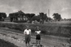 (17) Die Geschwister Albert und Heta auf dem Weg an der Alten Norderwieke. (1934)