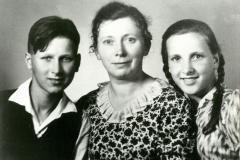 (22) Ein Bild für den Vater im Krieg: Nanny Schoon mit den Kindern Albert und Heta. (1940)