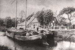 (06) Das Elternhaus – aufgenommen von der gegenüberliegenden Kanalseite aus. Vermutlich handelt es sich um eine Ansichtskarte. (Vor dem 1. Weltkrieg, Jahr unbekannt.)