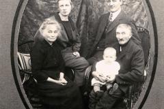 (15) Das Foto aus dem Jahr 1925 zeigt Nanny und Johann Schoon mit Nannys Tante und Onkel sowie Albert, dem ersten Kind. 1926 und 1928 wurden noch zwei Töchter geboren.