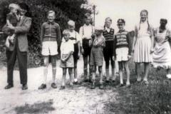 """(24) Kinder im """"Sonntagsstaat"""" an der Alten Norderwieke. Links im Bild Johann Schoon. (1956)"""