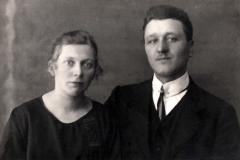 (13) Nanny Franke und Johann Schoon heirateten 1923. Sie stammte aus dem Bauerndorf Holtrop, wo ihr Vater einen Malerbetrieb geführt hatte. Nach dem Tod der Eltern 1920/21 zog sie nach Spetzerfehn an die Alte Norderwieke zu Tante und Onkel, wo sie mit ihrem Mann Johann einen Hausstand begründete.