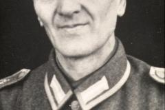 (23) Im 2. Weltkrieg wurde Johann Schoon im Februar 1940 eingezogen und war – mit einer Unterbrechung – Soldat bis 1945. Er war Gefreiter, später Unteroffizier bzw. nach der Einberufung zur Kriegsmarine Maat/Obermaat. Stationen: Niederlande, Belgien, Norddeutschland, Einsatz überwiegend in der Schreibstube sowie bei der Bewachung von Kriegsgefangenen. Bei Kriegsende geriet er für kurze Zeit in britische Gefangenschaft.