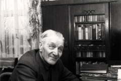 (31) Johann Schoon am Schreibtisch mit seiner Olympia-Schreibmaschine. (1965)