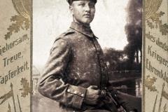 """(10) Von Anfang 1915 bis Ende 1918 war Johann Schoon Soldat im 1. Weltkrieg, stationiert in Frankreich, Russland und Rumänien. Als """"Musketier"""" zählte er zu den einfachen Soldaten."""