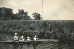 (19) Johann Schoon mit seinen Töchtern Berta (li.) und Heta (re.), dazwischen ein Nachbarkind. (Kanal Alte Norderwieke, 1936)