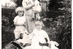 (16) Nanny Schoon mit ihren drei Kindern Berta (auf dem Arm), Albert (li.) und Heta. (1929)