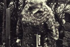 """(35) Johann Schoons Lebensweg war von einigen Brüchen und Krisen geprägt. Aber in seiner Ehefrau Nanny (1897-1985) hatte er eine starke Lebensgefährtin. Mit ihrer unermüdlichen Energie und Willenskraft stützte sie ihren Mann, hielt die große Familie zusammen und versorgte bis an ihr Lebensende die behinderte Tochter. Dabei begleitete sie das literarische Schaffen ihres Mannes mit Interesse und Sachverstand. Johann Schoon pflegte zu sagen: """"Meine Frau ist mein bester Kritiker!""""Nachdem ihr Mann verstorben war, holte Nanny Schoon manches nach, wofür ihr ein Leben lang Zeit und Muße gefehlt hatte: Sie las ein Buch nach dem andern, am liebsten politisch-dokumentarische Werke, und nahm lebhaft am Zeitgeschehen Anteil. Ein wichtiges Thema war für sie die beklemmende dörfliche Enge und die Benachteiligung von Mädchen und Frauen – so wie sie sie selbst erfahren hatte: Obwohl sehr begabt, durfte sie keinen Beruf erlernen."""