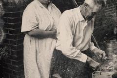 (25) Nanny und Johann Schoon: Morgenszene vorm Haus. (1958)