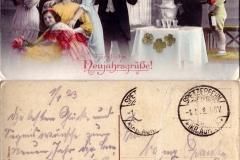 """(12) Johann Schoon schreibt an seine Verlobte Nanny Franke (die nach dem Tod ihrer Eltern bei ihren Verwandten in Spetzerfehn lebte) am 1. Januar 1923:""""Die besten Glück- und Segenswünsche zum neuen Jahr dir, Bernhard [Nannys Bruder], Tante Dina und Onkel Albert.Dein Johann –Komme wahrscheinlich heute abend""""Die Karte ist deshalb ungewöhnlich, weil ihre Aufmachung die Atmosphäre der neuen Zeit nach dem Krieg wiederspiegelt (""""Goldene Zwanziger"""") – was jedoch zu der ländlich-konservativen Lebenswelt von Johann und Nanny Schoon nicht passte und überdies mit der wirtschaftlichen Not kontrastierte, von der insbesondere Nannys Familie als Folge der Inflation betroffen war."""