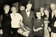 """(33) Die niederdeutsche Autorenvereinigung """"Schrieverkring"""" war für Johann Schoon ein wichtiger Ort des Austausches mit Kolleginnen und Kollegen aus der Weser-Ems-Region. Die Aufnahme ist 1966 entstanden und zeigt (v.l.): Elisabeth Pollmann, <a href=""""https://de.wikipedia.org/wiki/Greta_Schoon""""> Greta Schoon</a>, <a href=""""https://nds.wikipedia.org/wiki/Heinrich_Diers""""> Heinrich Diers</a>, <a href=""""https://de.wikipedia.org/wiki/Hein_Bredendiek""""> Hein Bredendiek</a>, <a href=""""https://de.wikipedia.org/wiki/Wilhelmine_Siefkes"""">Wilhelmine Siefkes</a>, Luise Uhlhorn, <a href=""""https://de.wikipedia.org/wiki/Thora_Thyselius"""">Thora Thyselius</a>, Johann Schoon und <a href=""""https://de.wikipedia.org/wiki/Elisabeth_Reinke"""">Elisabeth Reinke</a>. (Foto: Heinrich Hippen)"""