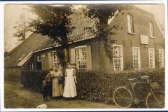 (9) Auf dem Foto v.r.: Johann Schoon, seine ältere Schwester Anna, seine Nichte Greta (auf dem Arm ihrer Mutter Geeschke), sein jüngster Bruder Gerhard und sein Neffe Loet. (Aufnahme: um 1911)