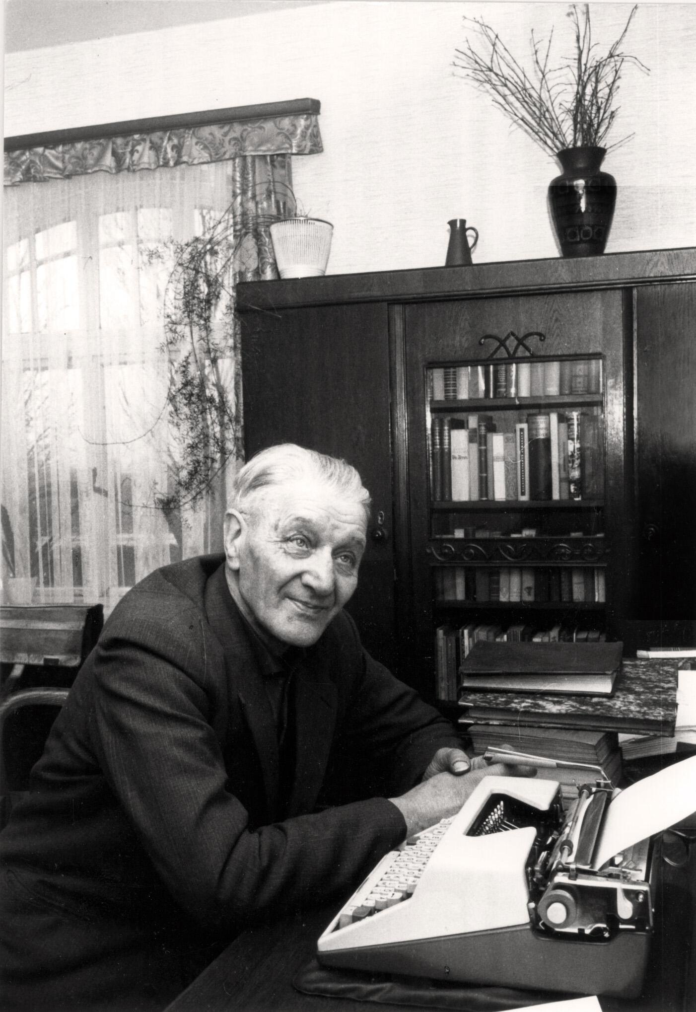 Joh. Schoon am Schreibtisch - 1965