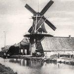"""Die Windmühle Spetzerfehn um 1900. Sie wurde 1886 erbaut – nachdem die Vorgängermühle infolge Blitzeinschlags abgebrannt war. Vor der Mühlenkappe ist der sogenannte """"Steert"""" (Sterz oder Vordrehbaum) zu sehen, der später abgebaut wurde."""