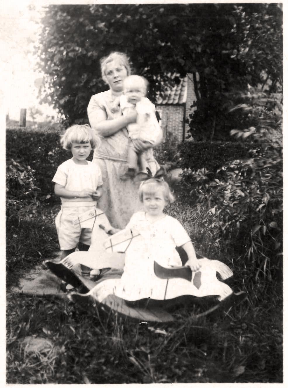 Nanny Schoon mit Kindern - 1929