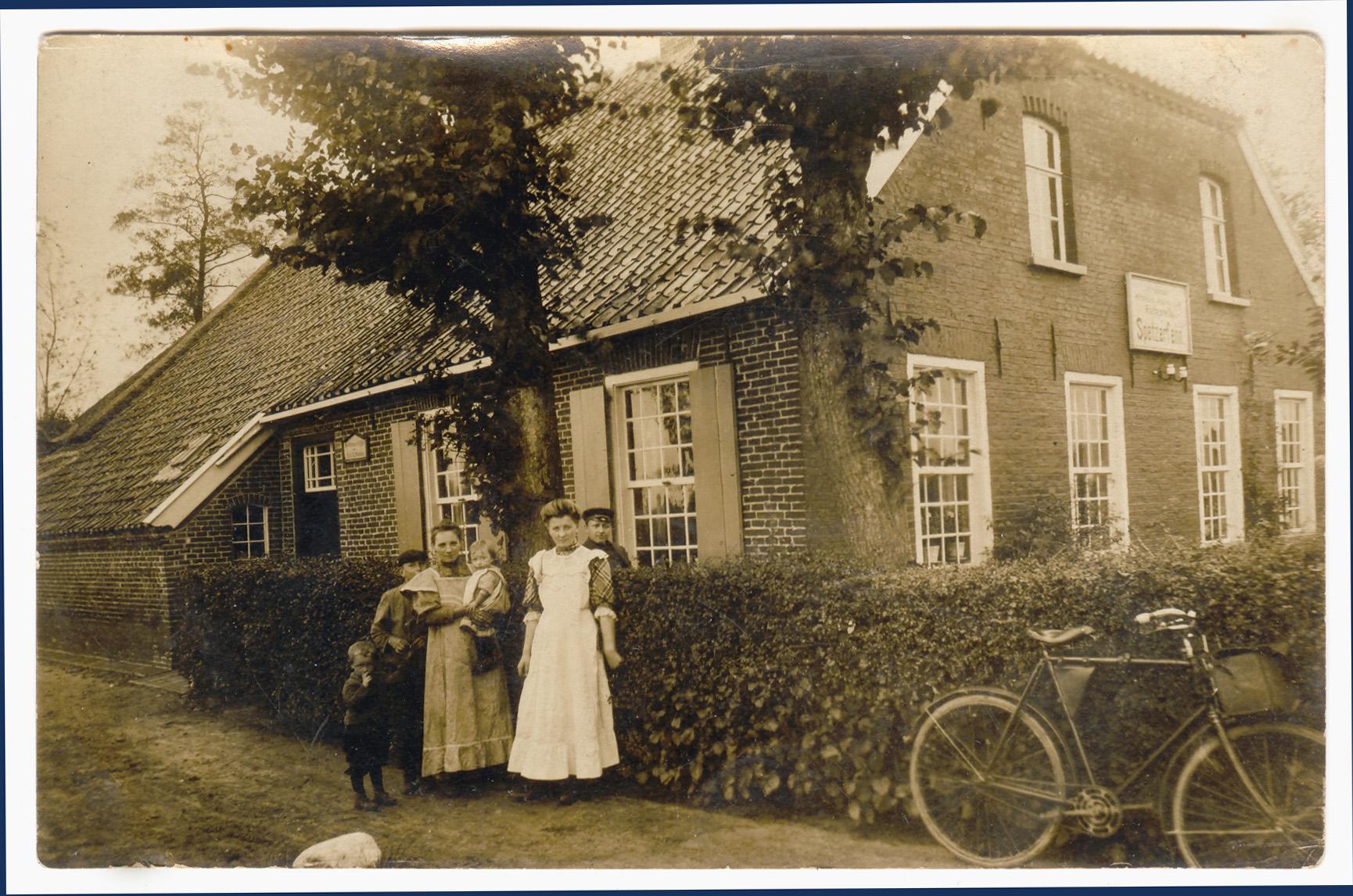 Vor dem Elternhaus - um 1911